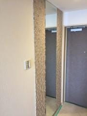 玄関にエコカラットと姿見施工後