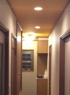 廊下奥から玄関2