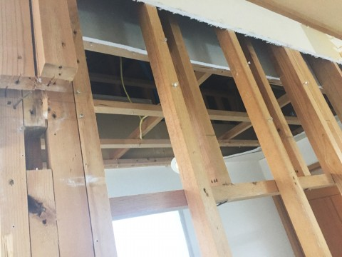廊下の壁天井施工中fix