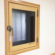 玄関小窓にインプラスとエコカラットのニュートランス施工後fix